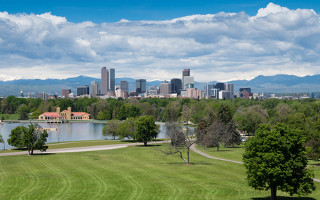 fluege_denver_skyline_rocky_mountains
