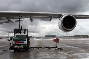 Flüge USA: Flugzeug beim Betanken mit Kerosin